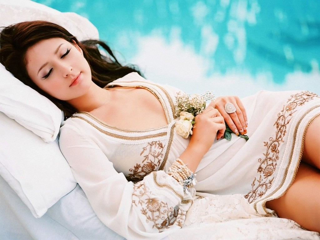 leah_dizon_-_sleeping_beauty_Wallpaper__yvt2